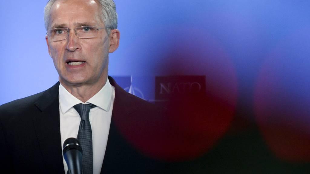 ARCHIV - Jens Stoltenberg, Generalsekretär der NATO, spricht während einer Pressekonferenz im NATO-Hauptquartier mit US-Außenminister Blinken. Foto: Johanna Geron/Reuters Pool/AP/dpa