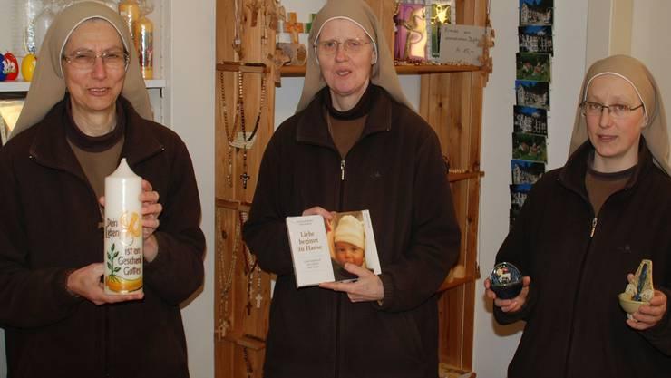 Die Schwestern Elisabet-Maria, Mirjam und Johanna (von links) im Klosterladen von St. Laurenzen. HR