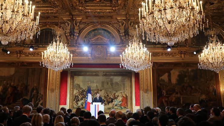 """Der französische Präsident Macron will ein Gesetz gegen gezielt gestreute Falschmeldungen (""""Fake News"""") in Wahlkampfzeiten. Das kündigte er im Elysée-Palast in seiner Neujahrsrede an die Presse an."""