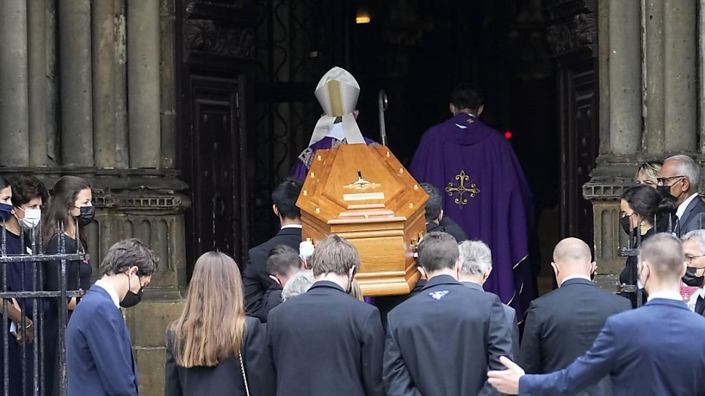 Sargträger tragen den Sarg des Schauspielers Jean-Paul Belmondo in der Kirche Saint Germain des Près. Die Trauergäste haben sich versammelt, um einem der beliebtesten französischen Schauspieler die letzte Ehre zu erweisen. Belmondo war am 6. September 2021 im Alter von 88 Jahren gestorben. Foto: Michel Euler/AP/dpa