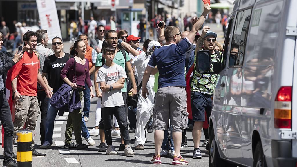 Rund 1'500 Personen demonstrieren in Aarau gegen Corona-Massnahmen