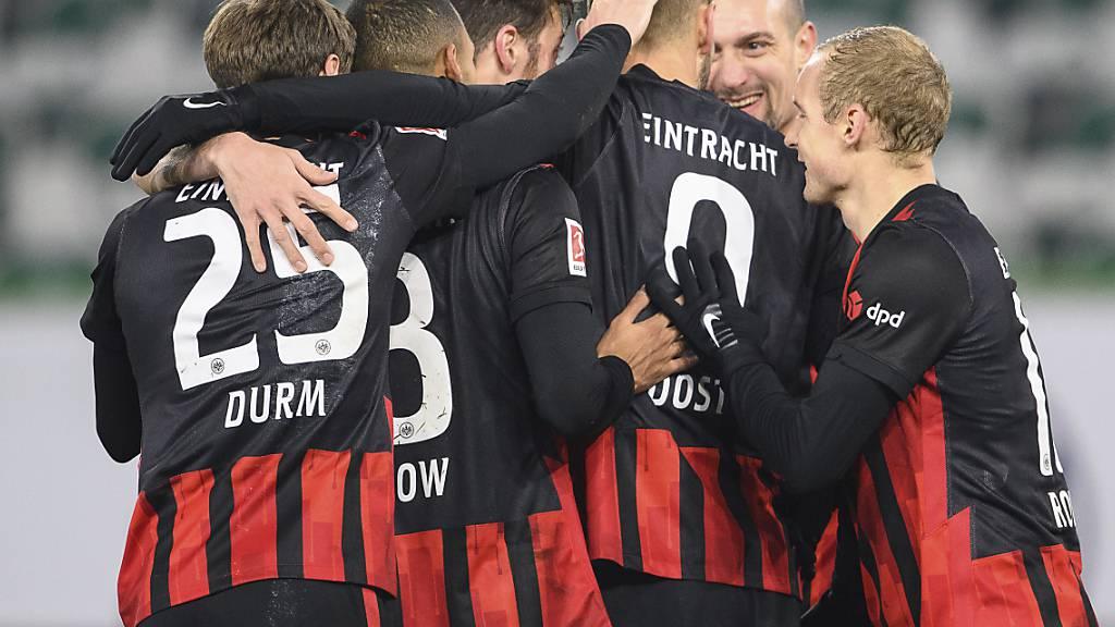 Frankfurter Torjubel mit Djibril Sow (Zweiter von links)