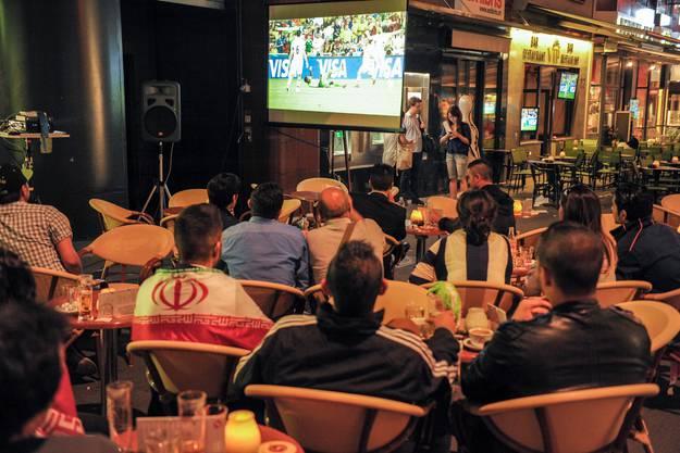 WM-Fans treffen sich in der Steinenvorstadt: Hier ein paar Iran-Fans im Space Liner Cafe beim Spiel gegen Nigeria.