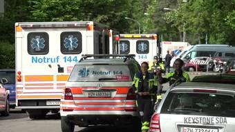 In Zürich im Kreis drei kam es zu einer schrecklichen Bluttat. Ein Mann habe zwei Frauen in einer Wohnung bedroht, wie die Stadtpolizei Zürich mitteilt. Spezialeinsatzkräfte seien vor Ort gewesen. Am Morgen fielen Schüsse. Als die Polizei die Wohnung stürmte, wurden drei schwerverletzte Personen aufgefunden. Sie verstarben noch vor Ort.