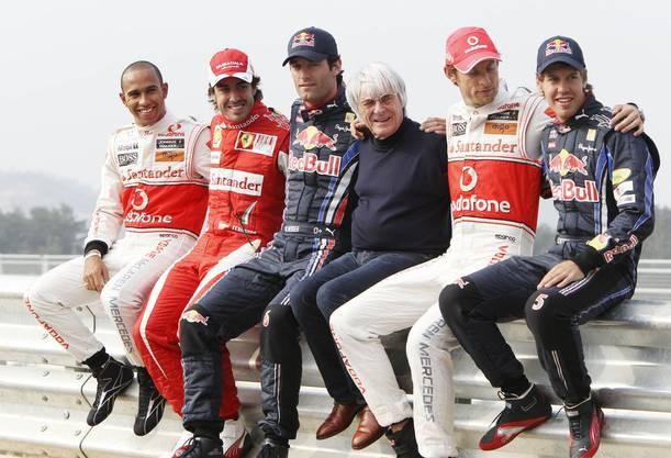 Bernie Ecclestone (Mitte) mit den Fahrern Lewis Hamilton, Fernando Alonso, Mark Webber, Jenson Button und Sebastian Vettel (von links nach rechts).