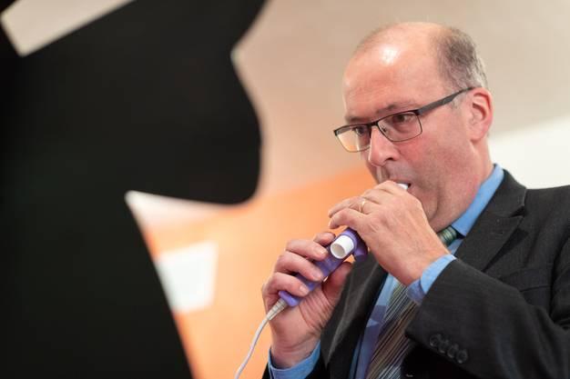Volle Konzentration beim Lungentest: Bauernpräsident und Nationalrat Markus Ritter (CVP/SG) atmet tief aus.