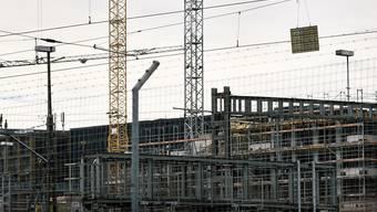 Die Bauwirtschaft in der Schweiz floriert weiterhin: eine Baustelle in Zürich (Archivbild).