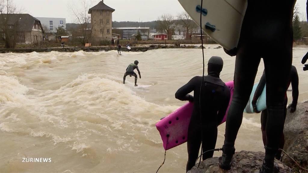 Fluss-Surfer freuen sich in Bremgarten über Hochwasser