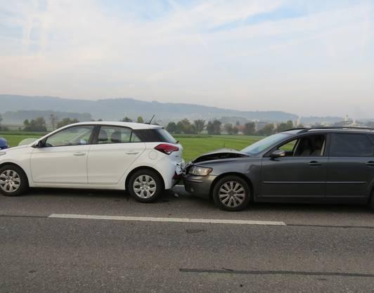 Am Dienstagmorgen kurz nach 8 Uhr kam es zu einem Karambolage. Vier Fahrzeuge waren darin verwickelt. Ausgelöst wurde das Ganze durch eine 40-jährige Lenkerin, die das Abbremsen des vor ihr fahrenden Autos zu spät erkannte. Zwei Personen wurden verletzt und es entstand ein Sachschaden von 20'000 Franken.