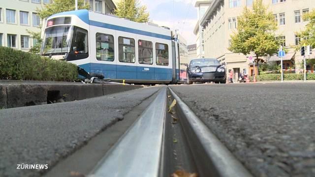 Tram wegen Bentley entgleist