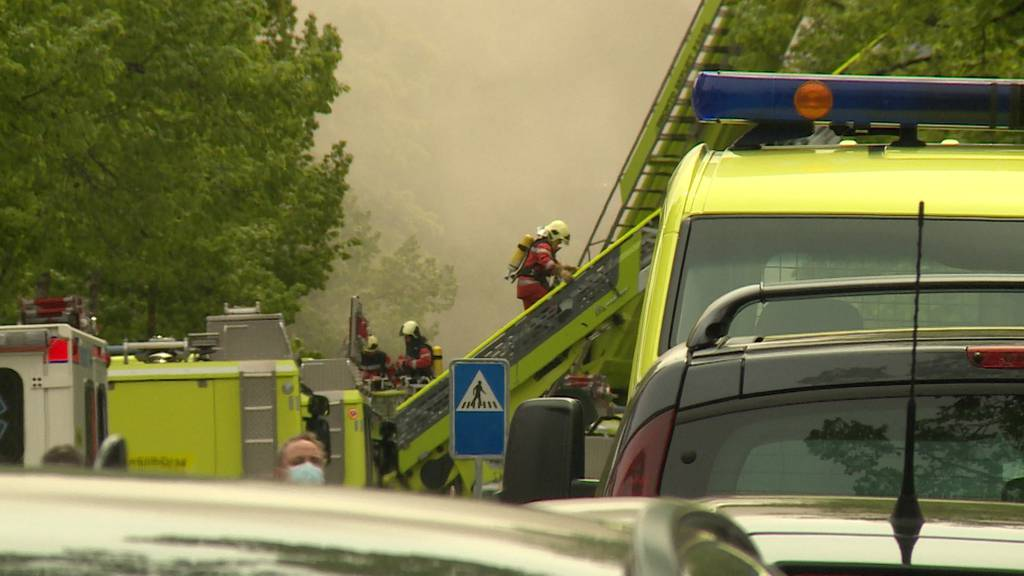 Brand bei der Klinik Hirslanden in Zürich: Rettungskräfte mit Grossaufgebot im Einsatz