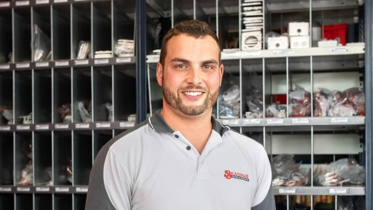 Manuel Kaspar in der Werkstatt seiner Elektrofirma.
