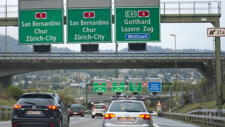 Weil das Verkehrsaufkommen steigt, soll die Autobahn zwischen Wädenswil und Richterswil bald auf sechs Spuren befahrbar sein.