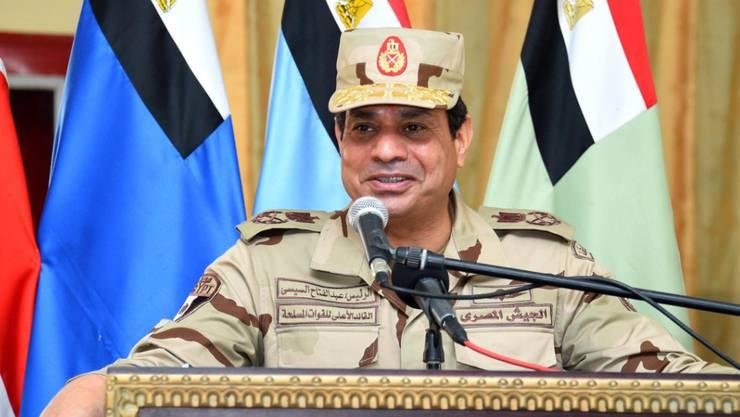 """Ägyptens Regierung befindet von offiziellen Angaben abweichende Opferzahlen als """"schlecht für die Moral"""" - im Bild der ägyptische Präsident al-Sisi auf Truppenbesuch (Archiv)"""
