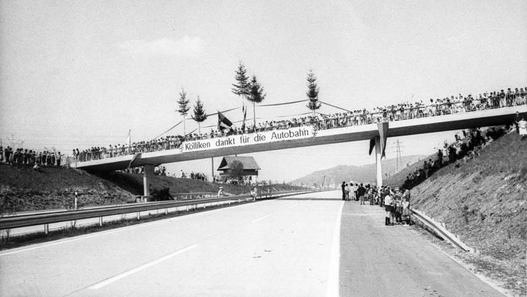 1956 schlug eine Volksinitiative der Automobilclubs eine Autostrasse auf der Ost-West-Achse vor. Am 10. Mai 1962 wurde die Grauholzautobahn als erstes Teilstück der damaligen N1 (heute A1) eröffnet. 1967 entstand mit der Strecke von Oensingen bis Hunzenschwil ein weiteres Stück Autobahn. Die Menschen warteten sehnlichst darauf, um die Ortschaften zu entlasten. Im Bild ein Plakat «Köl- liken dankt für die Autobahn».