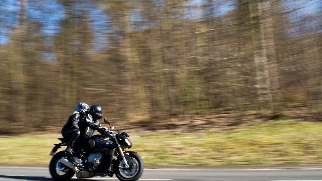 Fast doppelt so schnell als erlaubt wurde ein Motorradfahrer in Teufen erwischt. (Archiv)