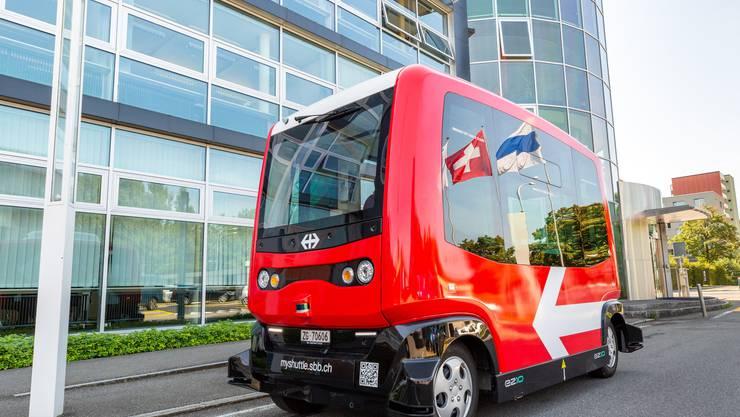 Der selbstfahrende Minibus kurvte durch die Stadt Zug.