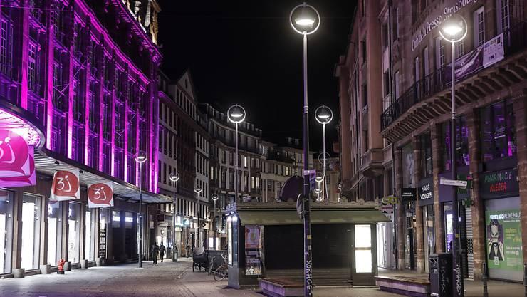 Eine nahezu menschenleere Straße in der Innenstadt von Straßburg. Foto: Jean-Francois Badias/AP/dpa