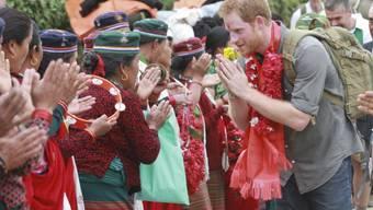 Prinz Harry begrüsst im März 2016 bei einem Besuch in Nepal die Bevölkerung (Archiv)