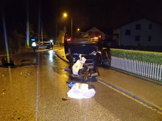 Ein Betrunkener (1,4 Promille) überschlägt sich mit seinem Auto in einer 30er-Zone in Oftringen. Er bleibt unverletzt. Weil er sich der Polizei danach widersetzt, nimmt sie ihn vorläufig fest.
