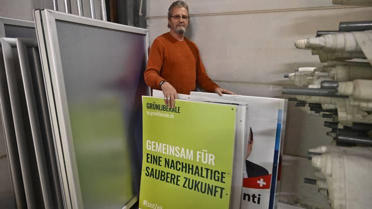 Michael Herzog, Leiter Kommissariat Verkehrspolizei, mit den entfernten Wahlplakaten im Polizeidepot im Werkhof.