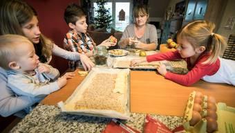Generationentisch Autorin Rita Kohn Dell'Agnese bäckt mit ihren Enkelkindern Apfelwähe. Mit 56 ist sie bereits neunfache Grossmutter.