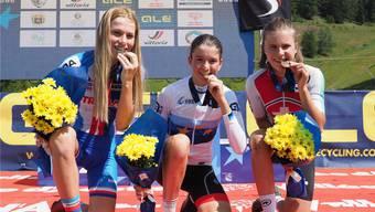 Erfolgreiches Duo: Lea Huber (Mitte) und Noelle Rüetschi (rechts) präsentieren stolz ihre in Italien gewonnenen Medaillen.