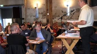 Leo Grünenfelder, Vorsitzender der Fachgruppe Oberflächenanlagen, erläutert an der RegionalkonferenzJura Ost den Arbeitsprozess. CM