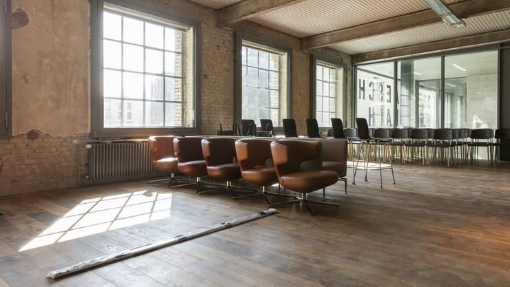 Schlussspurt in der «Aeschbachhalle6», in der das Design besonders wichtig ist Im «Club» (im 1. Stock) stehen Stühle bereit. Ein Teil davon kommt ins «Fumoir».
