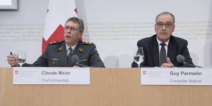 Divisionär Claude Meier, Chef Armeestab, und Bundesrat Guy Parmelin informieren über die neue Marschrichtung.