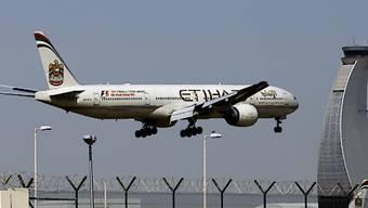 Die Schweiz will vorerst keine Laptops und Tablet-Computer im Handgepäck auf bestimmten Nahost-Flügen verbieten. Der Flughafen von Abu Dhabi gehört zu den zehn Flughäfen, von denen aus keine grösseren elektronischen Geräte ins Handgepäck genommen werden dürfen. (Archiv)