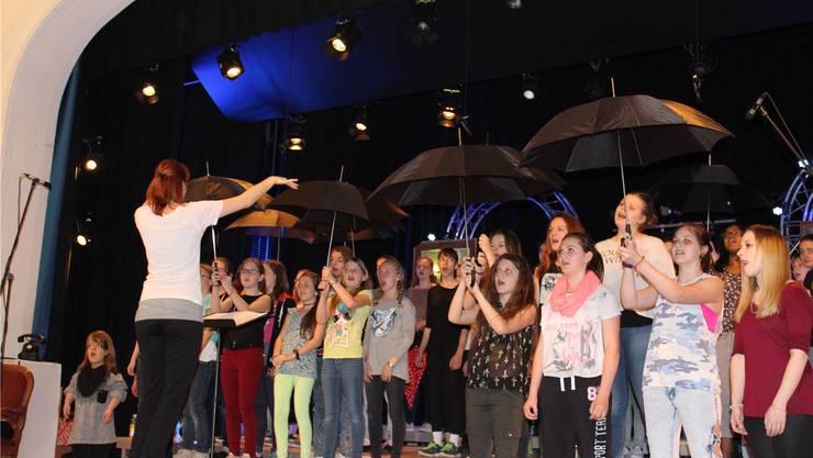 Der Schirm ist das logische Bühnen-Accessoire zum Rihanna-Song «Umbrella».