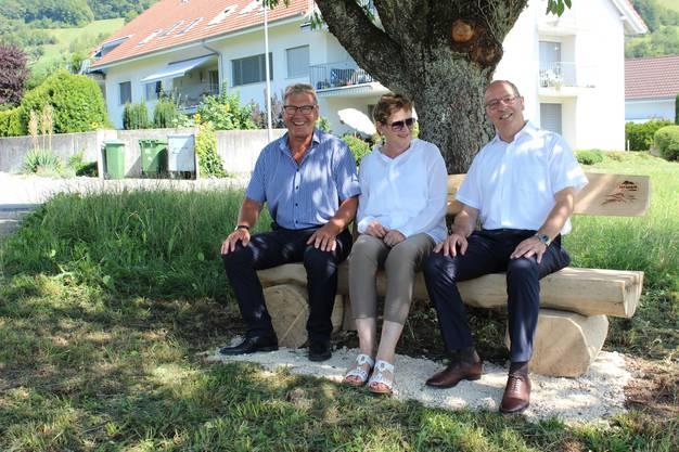 Im Bild: Die Bänklisponsoren Peter und Marlise Wehrli (Wehrli Weinbau AG) mit Vizeammann Peter Forster (r.)