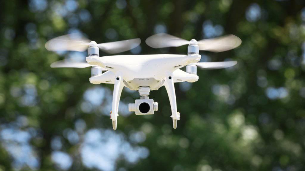 Der Kanton Waadt untersagt das Fliegen von Drohnen in der Nähe von Gefängnissen, Polizeiposten, Gerichtsgebäuden sowie Spitälern mit Helikopterlandeplatz. Ähnliche Regeln gibt es in Genf. (Archivbild)