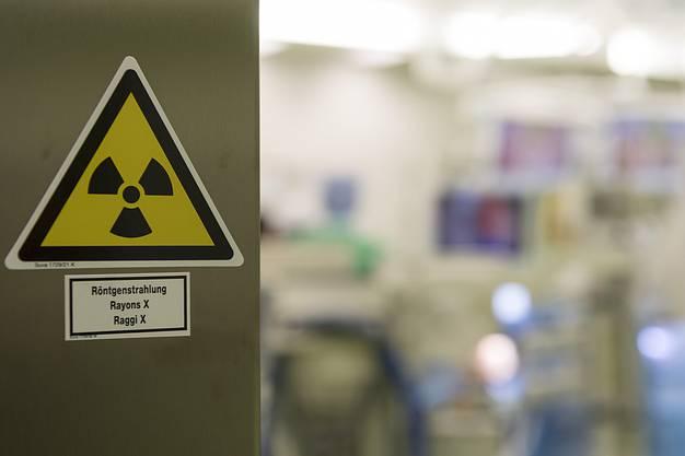 Ein Warnsymbol fuer Roentgenstrahlung an einer Tuere zu einem Operationssaal im neuen Operationstrakt Ost des Universitaetsspitals Basel, fotografiert an einem Medienrundgang in Basel, am Samstag, 2. Dezember 2017. (KEYSTONE/Georgios Kefalas)