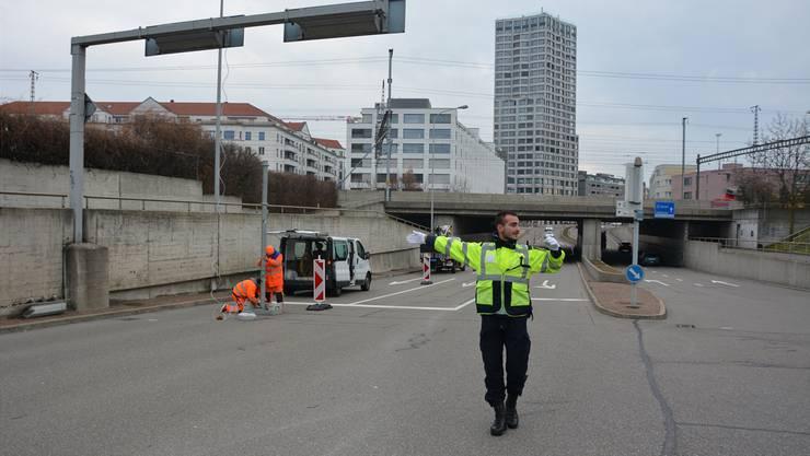 Sicherheitsmann Benjamin Grossenbacher regelte gestern den Verkehr, während eine provisorische Lichtsignalanlage montiert wurde.