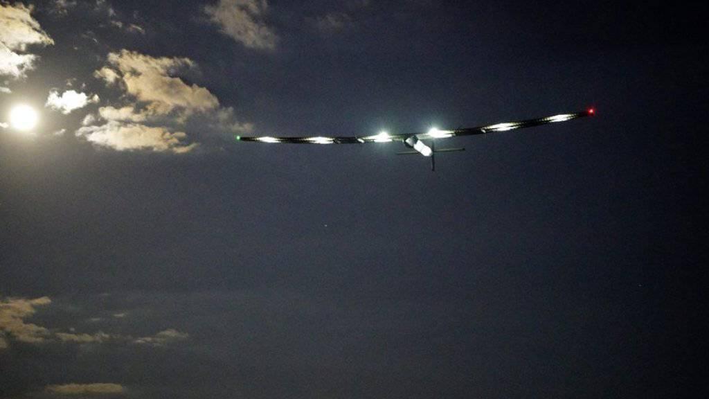 """Die """"Solar Impulse 2"""" kurz nach ihrem Abflug vom JFK International Airport in New York. Pilot Bertrand Piccard steuert den Sonnensegler nun nach Sevilla in Südspanien."""