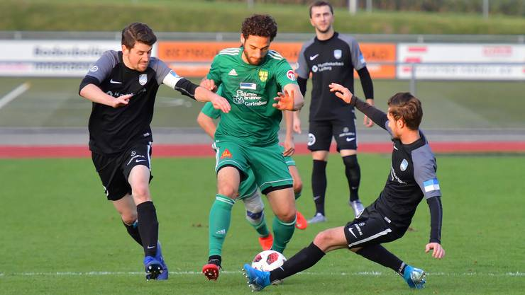 Der Mutschellener Manuel Jungen wird vom Gegner in die Zange genommen. Fussball: 2. Liga, FC Mutschellen - FC Lenzburg