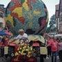 Die Weltkugel war 2018 am Corso fleuri in Sélestat mit Blumen überzogen, heute überzieht ein Virus den Globus.