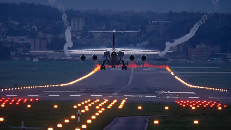 Ein Flugzeug bei der Landung am Flughafen Zürich. (Symbolbild)