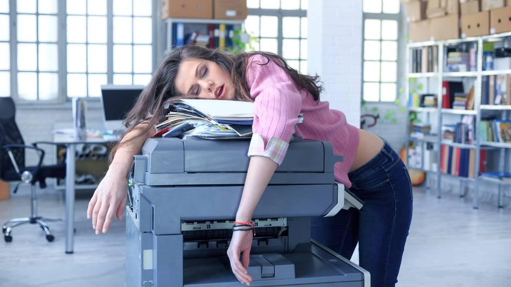 Der Gesundheit zuliebe sollte man die Pausen im Büro für ein Nickerchen nutzen.
