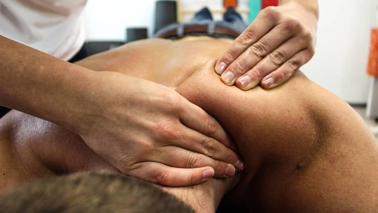 Plötzliche Rückenschmerzen im Alter – oft sind Abnützungserscheinungen der Bandscheiben die Ursache.