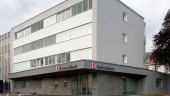 Vor diesem Bankomaten brach das Opfer zusammen: Die Bankfiliale in Aesch.