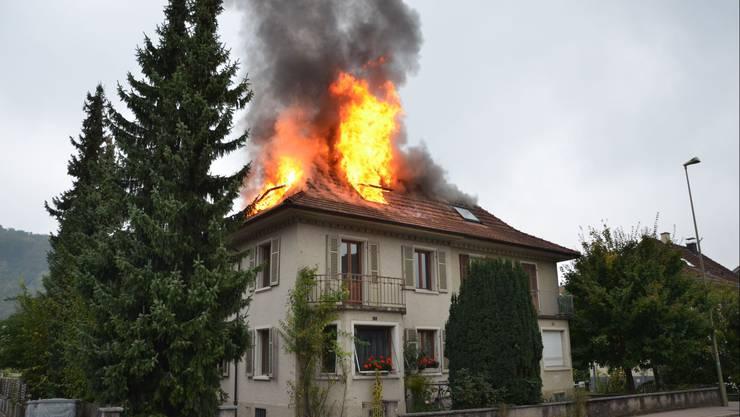 Beim Dachstockbrand entstand ein grosser Sachschaden (Symbolbild)