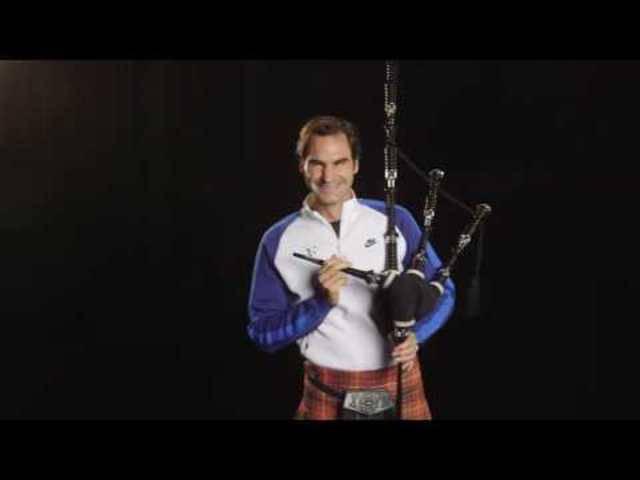 Roger Federer im Schottenrock «spielt» Dudelsack.