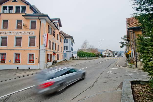 Die lange gerade Bahnhofstrasse mit dem markanten Haus Rosengarten