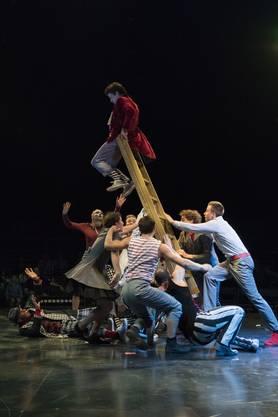 Die Hauptfigur ist Arthur, gespielt von Leiterakrobat Nicolas Provot aus Frankreich