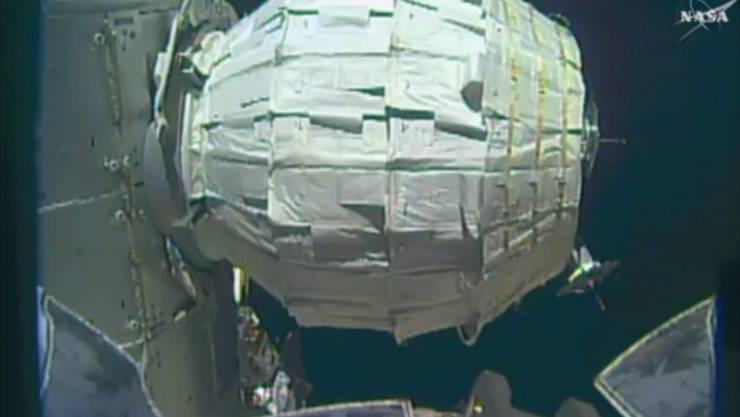 """Im zweiten Anlauf hat es geklappt: Das aufblasbare Modul """"Beam"""" hängt in entfaltetem Zustand an der Raumstation ISS."""