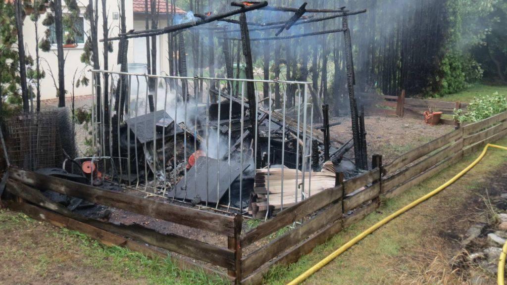 Konnte von der Feuerwehr nicht mehr gerettet werden: Gartenschopf in Frick.