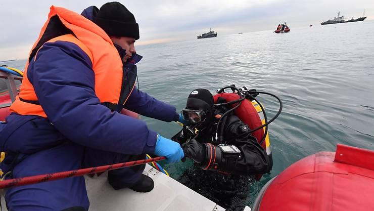 Taucher bei den Bergungsarbeiten im Schwarzen Meer